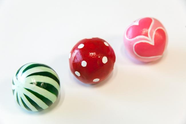 手のひらでコロコロころがしながら形を整え、ピカピカにしたどろだんごにガラス製のトンボ玉のように綺麗に色を塗った「トンボ玉どろだんご」。作り方は『学研キッズネット』で紹介しています。夏休みの自由研究が一生の宝物になりそう!