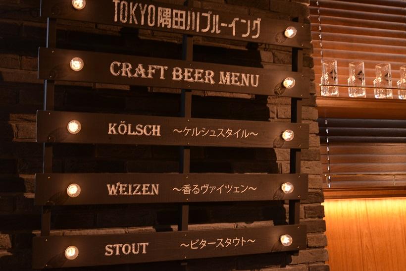 ↑木のぬくもりを感じさせる店内には、クラフトビールのラインナップが。どれにするか迷っちゃいますね!