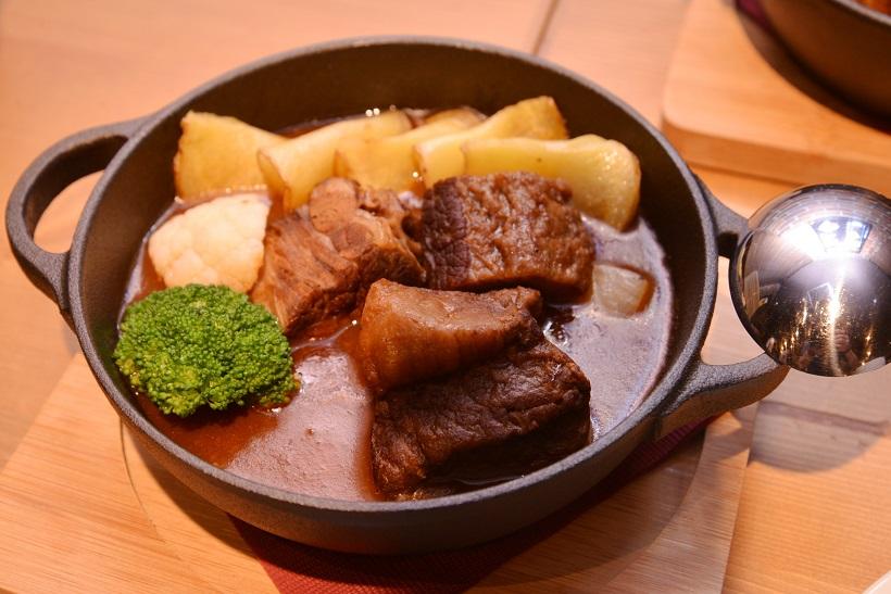 ↑牛肉のスタウト煮込み(1880円)。お肉には力強いビタースタウトがぴったり
