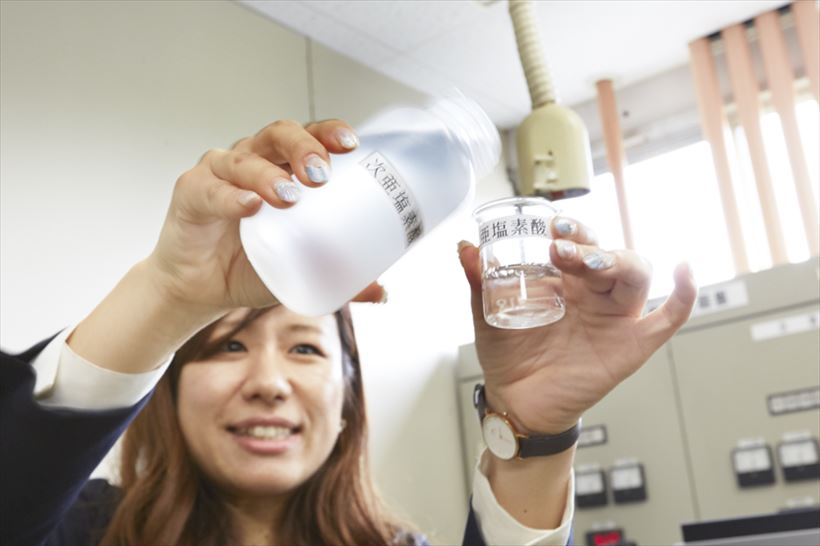 ↑紅しょうが液に次亜塩素酸水溶液を混ぜる実験では、赤い色素が一瞬で漂白。微量の次亜塩素酸を含む水道水との差は圧倒的だった