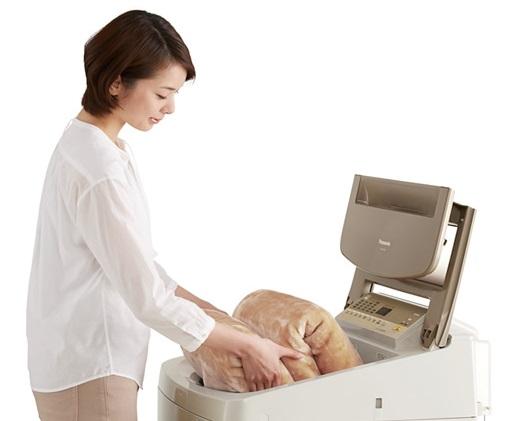↑本体手前に操作パネルがないため、槽が近く、洗った衣類を持ち上げるときの腕や腰の負担を軽減できます