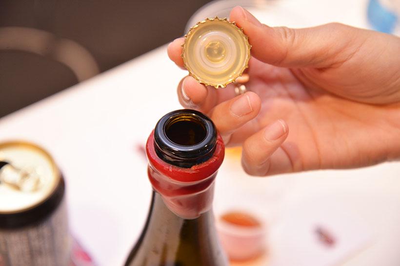 ↑年代物のワインやクラフトバーボン「メーカーズマーク」と同じように、蝋で封がされています
