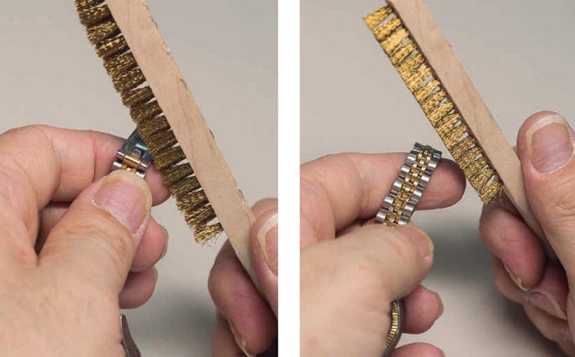 ↑真鍮製の毛先を細密に埋め込んだサビ落とし用ブラシは、SS製ブレス の薄いサビなら、サッと磨くだけ で簡単に除去することが可能。写真は「メイコー 真鍮ブラシKS23010」734円