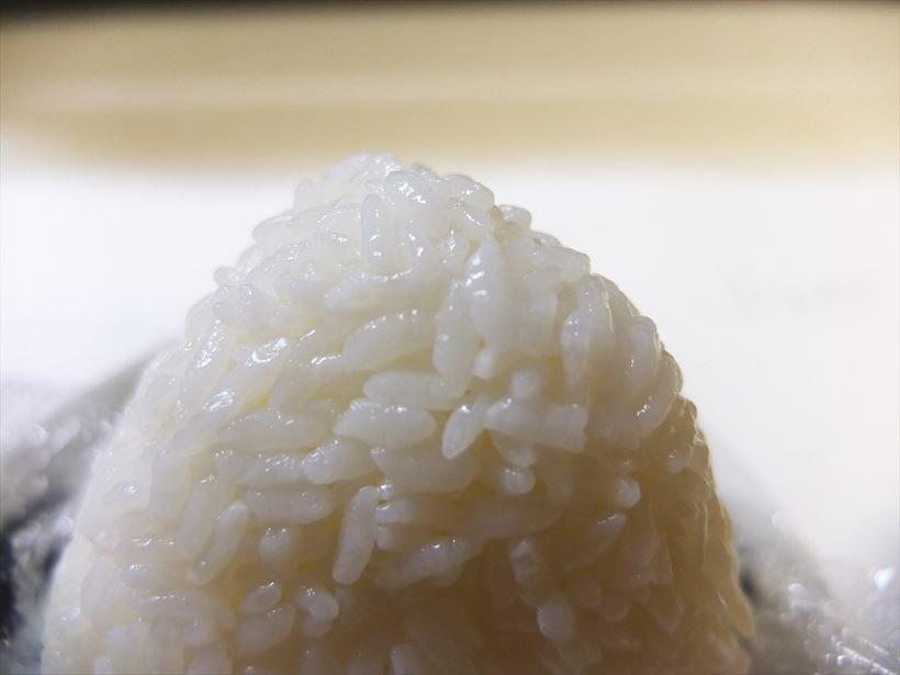↑冷やごはんになって、米のつやが一段と増した印象。冷めてもごはんの味と食感のバランスは健在でした