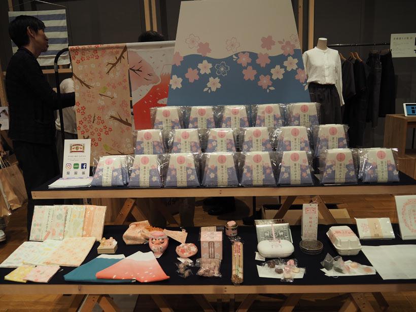 ↑奈良産の蚊帳生地を使った富士山布巾は外国人客のお土産にもよい