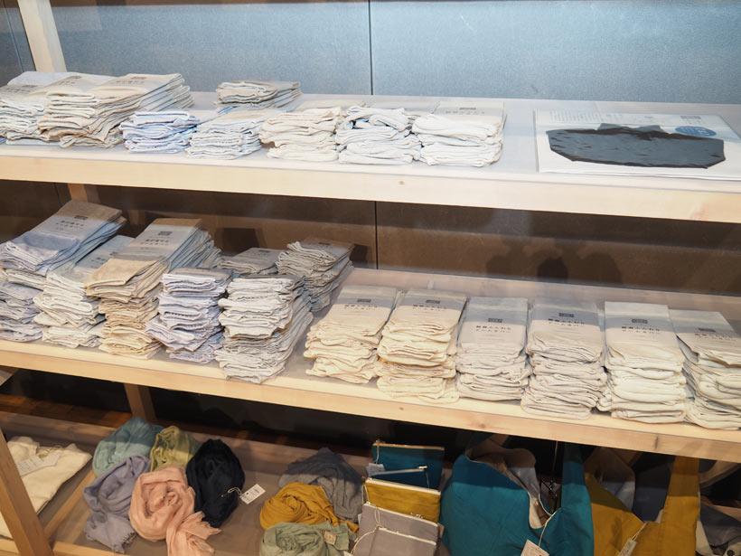 ↑靴下縫製工場の編み機を使ったアームカバーやストールは、紫外線避けに最適。ストールは男性でも使えるデザインになっている