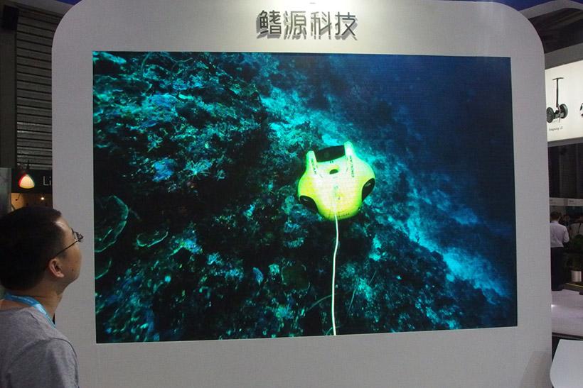 ↑水中を舞うドローンの映像。通常はこの姿を見ることはできない