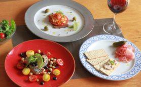 【カルディ】お皿に盛るだけでレストランの前菜に!? 約500円でワインが止まらなくなる「おつまみ缶詰&瓶詰め」3選