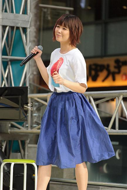 ↑日本アイスマニア協会の公式テーマソング『You&Ice』を歌う前田玲奈さん