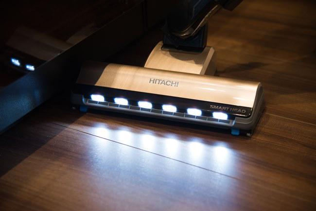 ヘッドの先端には6個の高輝度LEDが付いているため、ソファやベッドなど家具の下のホコリも見逃すことなく、しっかり吸引できる。「見落としがちなキッチンの棚扉の陰や、壁際のゴミまで明るく照らしてくれるので、部屋の隅々までキレイに掃除ができます」