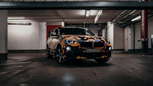 """BMWの新型SUV「X2」が個性的カムフラージュで""""チラ見せ""""! 全体的なフォルムが明らかに"""