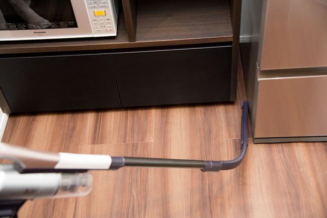 プレミアムパッケージには縦横に曲がるすき間ノズルが同梱。一般的なすき間ノズルとは異なり、細身で長さがあるので使いやすい。「冷蔵庫の脇やソファの下を掃除するときに便利です。これのいいところは、後ろに下がるスペースがなくてもラクに隙間掃除ができる点ですね」