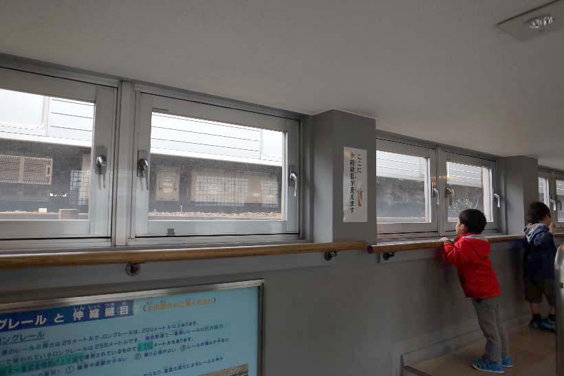 ↑東武博物館の上に東向島駅があり、2階のウォッチングプロムナードから駅を通る電車を仰ぎ見ることができる