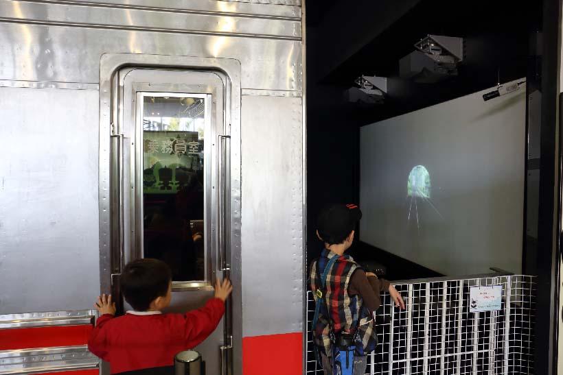 ↑東急8090形を利用した運転シミュレータ(料金300円/1回)。田園都市線の長津田→二子玉川など実際の展望映像に合せ、運転体験が楽しめる