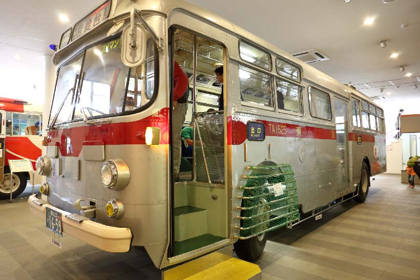 ↑東急コーチとして走った路線バス。珍しいバス運転のシミュレータも用意されている
