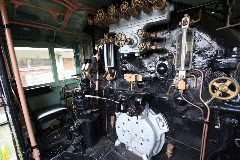 ↑D51形蒸気機関車など、一部の蒸気機関車は運転室に登ることが可能。蒸気機関車の複雑な運転装置には驚かされる