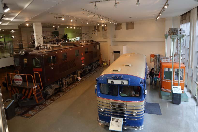 ↑手前は1951(昭和26)年に登場したキャブオーバー形のバス。左は東上線の貨物輸送に使われたED5015号電気機関車