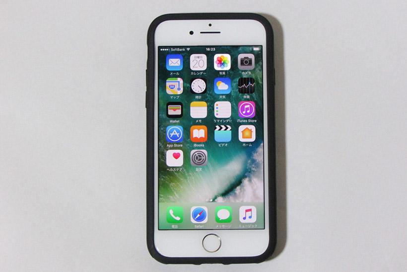 背面部分にE-Inkディスプレイを搭載したiPhone 7用ケース。E-Inkディスプレイは4.3インチ。iPhone 7 (PRODUCT)REDを入れた状態の背面