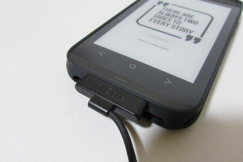 ↑充電ケーブルとは磁石でくっつくようになっている。一般的なLightningケーブルならiPhoneとケースを同時に充電できる