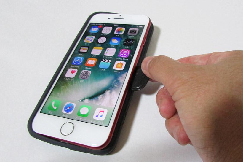 ↑背面のカメラの開口部からiPhoneを指で押し出し、空いた隙間にピッキングルーツを差し込んで下までスライドさせると簡単にケースが外れる