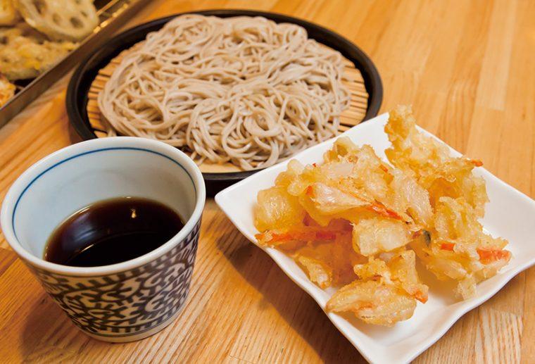 ↑もりそば+かき揚げ天(450円)。北海道産の甘みの強い玉ねぎを使用。もりつゆのキリッとした味が細麺に合う