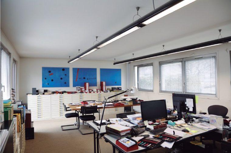 """↑""""はじまりの部屋""""と呼ぶ執務室。デザインプランの管理や、70年分の各パーツのアーカイブを格納している。キャビネットには文字盤がズラリ"""