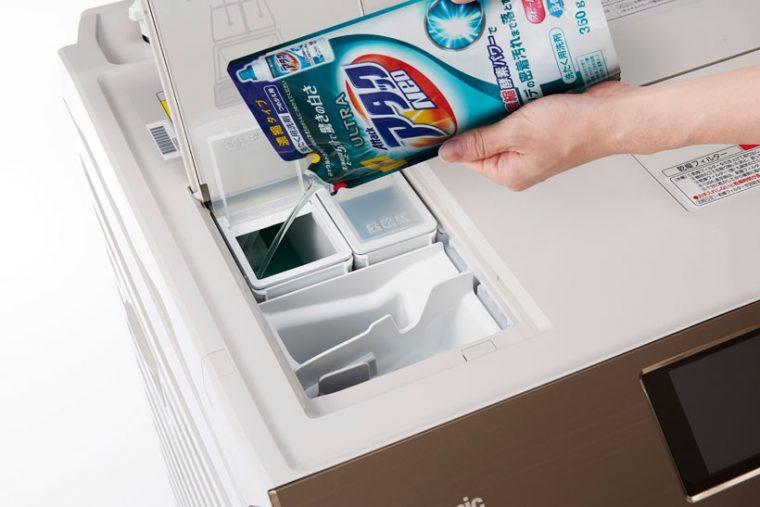 ↑事前に液体合成洗剤や柔軟剤をタンクにセットしておけば、ピストンが自動で適液体洗剤を吸引し、吐出します