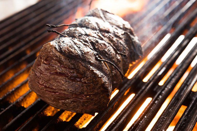 ↑肉は備長炭で焼き上げます。火力や煙量に応じて、焼くためのグリルと、香り付けのためのグリルを使い分けています