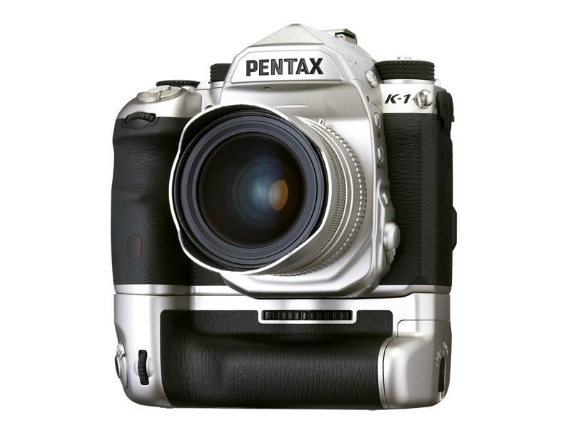 PENTAX K-1 Limited Silver バッテリーグリップ「D-BG6 Limited Silver」、メタルホットシューカバー、「smc PENTAX-FA 31mmF1.8AL Limited」装着時イメージ(レンズは別売り)