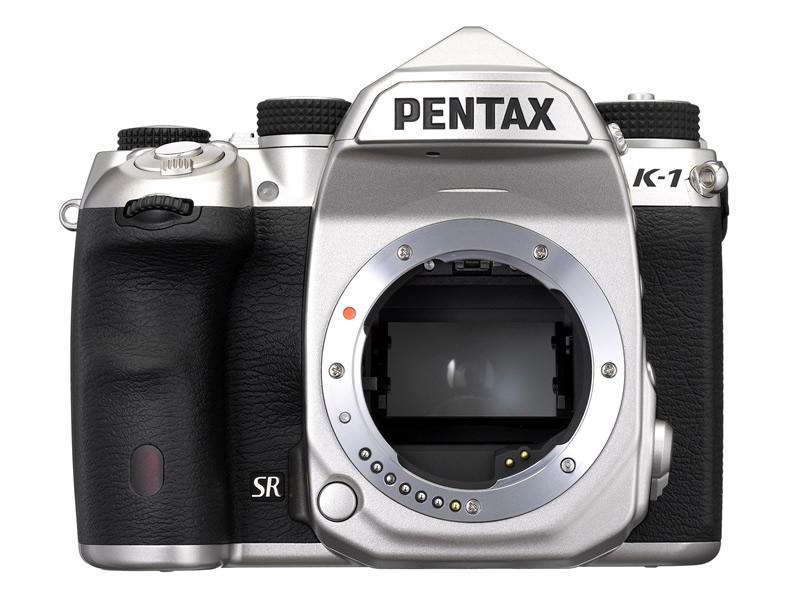 PENTAX K-1 Limited Silver シルバーカラーのFAリミテッドレンズとマッチする、高級感のあるシルバーボディ。前面のSRバッジも特別仕様のシルバーになっている(通常のK-1はゴールド)。