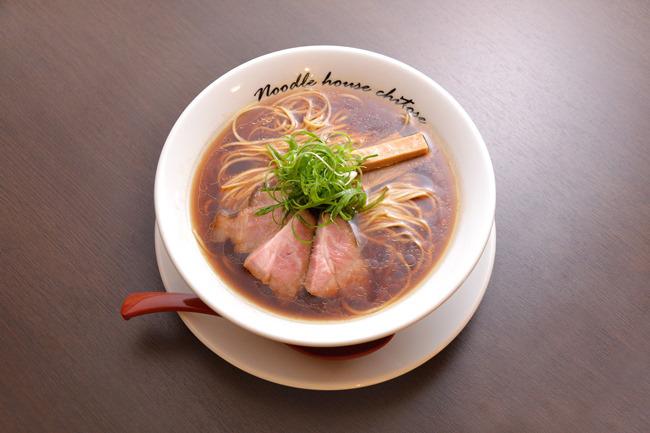 「醤油(細麺)」(¥750)。スープには天草大王、はかた地どり、奥久慈しゃもと3種の鶏ガラを使用し、牛骨や豚足のうまみも調合。魚介はウルメイワシと宗田ガツオにアサリとシジミのダシも効かせ、仕上げにはサンマ節の香味油を。タレは各地の生揚げ醤油や再仕込み醤油をブレンド。春よ恋、ゆめちからなどの国産小麦による全粒粉ブレンドのストレート麺が絡みます