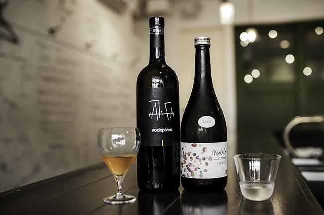 左が永島さんに持ってきていただいたイタリアワイン「ヴィトフスカ」。右は千葉さんが「この話の流れなら、これかな」と冷蔵庫から取り出した、マロラクティック発酵の日本酒「山形正宗 純米吟醸 まろら」。