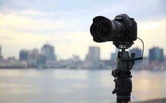 ↑三脚などを使ってカメラを固定し、一定の間隔ごとに撮影。動画としてつなぎ合わせることでいわゆる早送りの状態の映像ができあがる。撮影は長時間に及ぶが、刻々と被写体が変化する様子を映すことができる