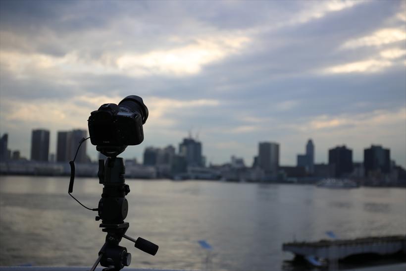 ↑赤道儀は星を追尾して撮影する場合に使用するが、その機能を応用してタイムラプスに対応させた製品がある。これを使えば、任意の時間、自動でカメラを回転させ滑らかにパンできる