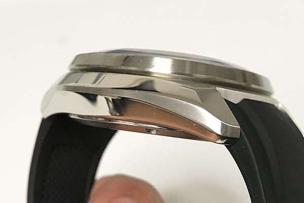 ↑無反射コーティングが施されたサファイアガラスは独特の形状。ケースサイドは仕上げを使い分けた上質な仕上がり