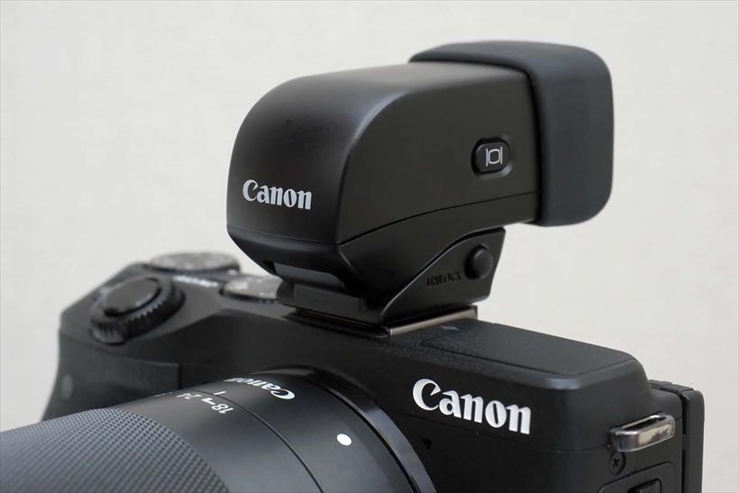 ↑キヤノン EVF-DC1(参考価格/3万380円)。EOS M3などに使用できる外付けEVF。接眼部がチルトし、カメラの上からファインダー像を見ることができる。パワーショットG1 X マークIIなどと併用可能