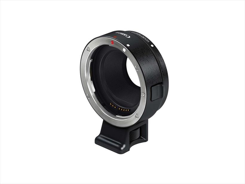 ↑キヤノン EF-EOS Mマウントアダプター(参考価格/9540円)。同社の一眼レフ用レンズをEOS Mシリーズに取り付けるためのアダプター。AFやAEなども問題なく機能するので、EOS一眼レフユーザーなら、持っておきたい