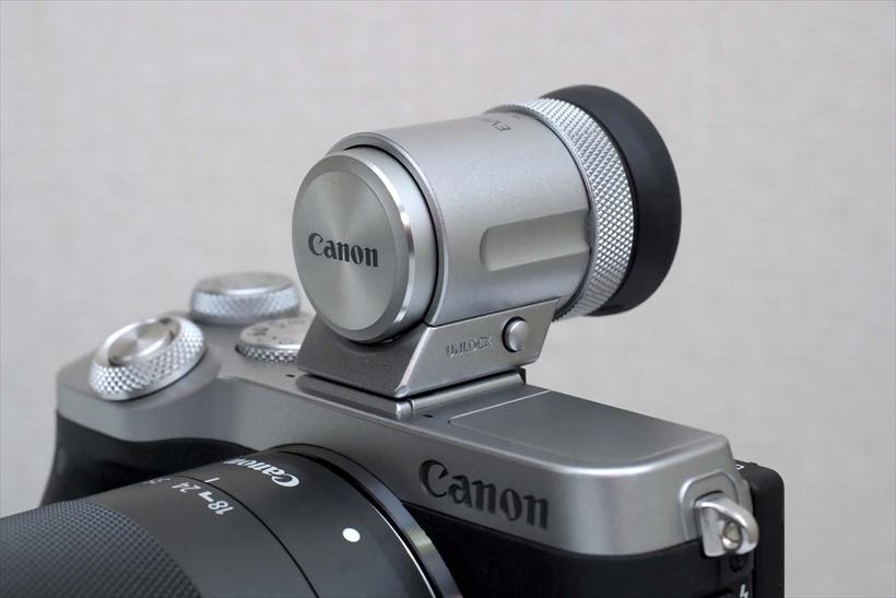 ↑M6の登場に合わせて用意された、外付けの新型EVF、EVF-DC2(参考価格/2万2440円・写真はEVFキット限定色)。M6では従来のEVF-DC1も使用可能