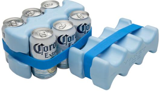 「アウトドアで飲み物ぬるい問題」を解決! 抱え込んでドリンクを効率的に冷やす新しい保冷剤