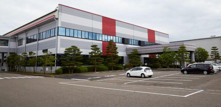 ↑新潟市南区の北部工業団地内にあるダイニチ工業の本社および工場、開発センター。周りには広大な田園風景が広がっていました
