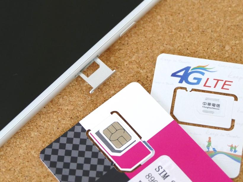 ↑iPhoneでは側面の穴にピンを差し込むと、SIMカードを入れるスロットが出てくる。プリペイドのSIMカードは、台紙から切り取って使用する