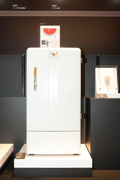 電気冷蔵庫 NR-351(1953年[昭和28年]) 同社冷蔵庫第1号機。ドア中央にナショナルの王冠マークが取り付けられ、形も大きく、当時としては豪華なイメージだった。当時大卒男子の初任給が1万円前後の時代に12万9000円という価格は、庶民には高嶺の花だった。