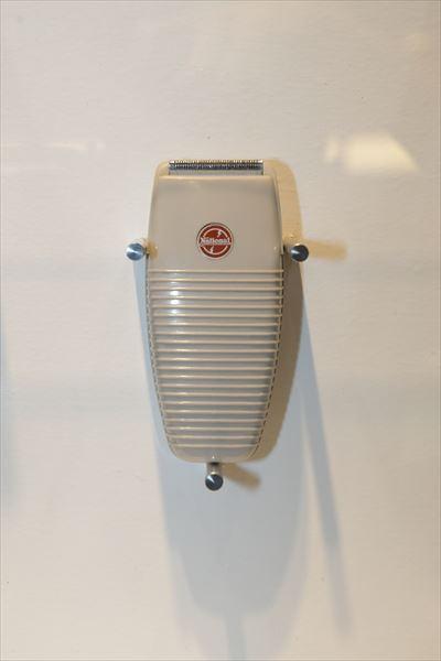 シェーバー MS-10(1955年[昭和30年]) 国産初の電気カミソリ。既に発売していたバイブレーターの電磁駆動式を採用、刃は厚い鉄の板を曲げ、そこに溝をカットして作った「スリット刃」だった。