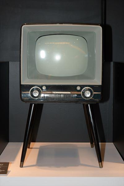 白黒テレビ T-14R1(1958年[昭和33年]) 量産設備の安定により、高品質高性能と普及価格帯を両立、空前のヒット商品となった。
