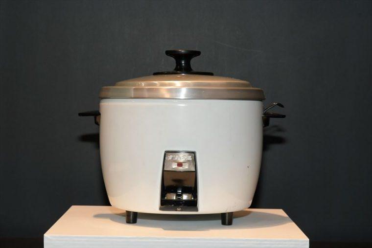 電気自動炊飯器 SR-15(1959年[昭和34年]) 熱効率の良い直熱式の加熱方法を採用。市場でのナショナル自動炊飯器の基礎を築いた。