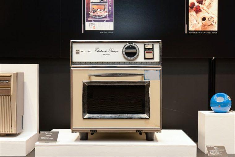 電子レンジ NE-5500(1969年[昭和44年]) 家庭用の電子レンジ。新型高性能マグネトロンの採用と量産効果で、10万円を切った商品。