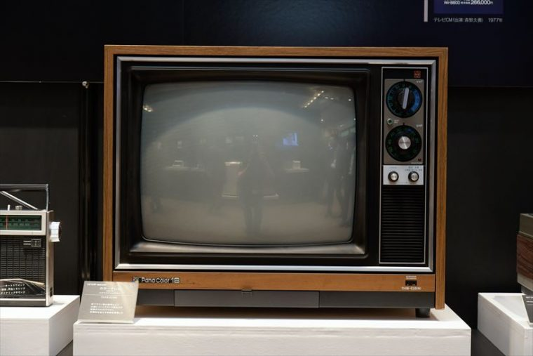 カラーテレビ クイントリックス TH18-E25N(1974年[昭和49年]) 新ブラウン管の採用により、大幅にコントラストや明るさが改善。さらに圧倒的な省エネ性も実現した。