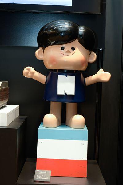 ナショナル坊や(1957年[昭和32年]) 松下電器の広告や町の電気屋さんの店頭で活躍したマスコットキャラクター。昭和30年代のミキサーの広告に使われていた「トマト坊や」を元に誕生した。