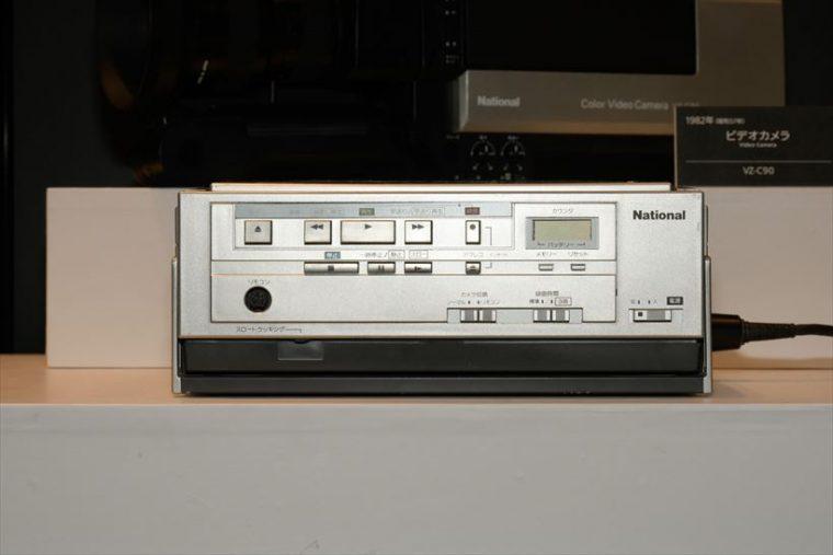 ビデオ アクションマックロード NV-100(1982年[昭和57年]) 本体質量3.8kgで、発売当時世界最軽量だったポータブルビデオ。屋外への持ち出しが可能で、ビデオカメラを組み合わせて、家庭での録画再生が可能になった。