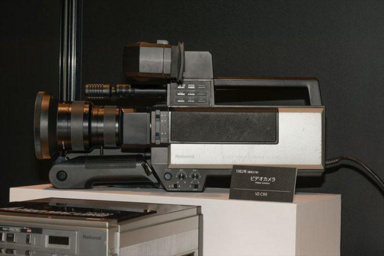 ビデオカメラ VZ-C90(1982年[昭和57年]) 録画機構はなく、上の「アクションマックロード」と組み合わせて録画を行った。
